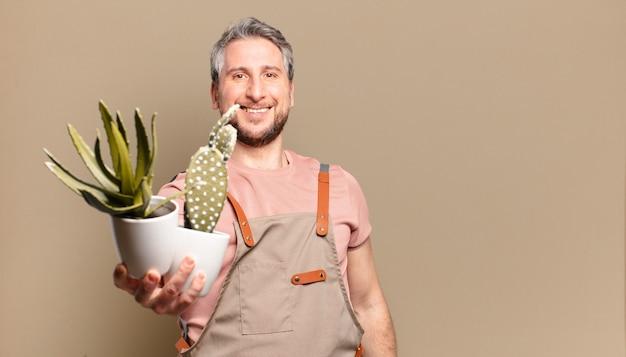 Gärtnermann mittleren alters mit kaktus