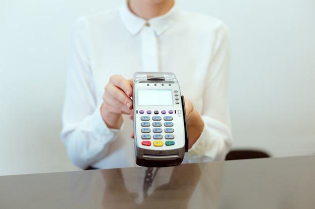 Gäste an der hotelrezeption zahlen beim check-in mit dem scheck