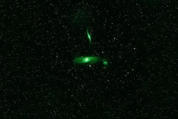 Galaxy in grüntönen, im weltraum. elemente dieses bildes wurden von der nasa bereitgestellt. foto in hoher qualität