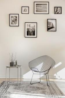 Galerie von schwarz-weiß-fotos an einer leeren wand des geräumigen wohnzimmers