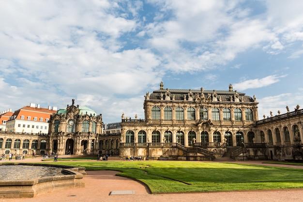 Galerien und museen im dresdner zwinger, blick auf den brunnen. architekturkomplex aus spätbarock und neorenaissance mit innengarten