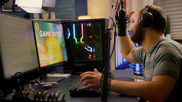 Game over für streamer, die space-shooter-videospiele mit professioneller rgb-tastatur und -maus spielen