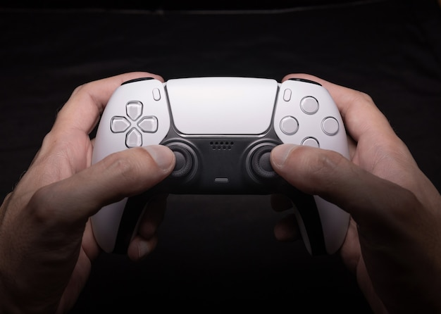 Gamecontroller der nächsten generation an den händen des mannes