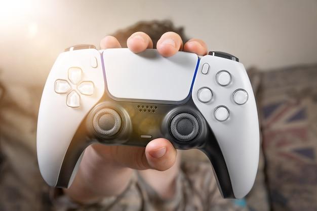 Gamecontroller der nächsten generation auf der kinderhand