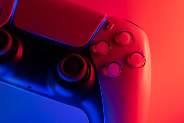 Gamecontroller der nächsten generation mit blauen und roten lichtern - selektiver fokus