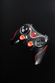 Gamecontroller gamepad auf schwarzer oberfläche