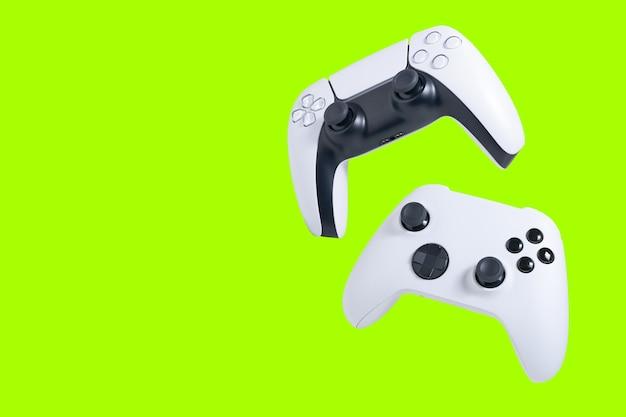 Gamecontroller mit grünem bildschirm zum zuschneiden oder beschneiden isoliert