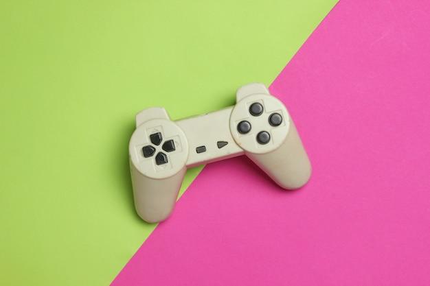 Gamepad auf einem farbigen hintergrund. draufsicht, minimalismus.