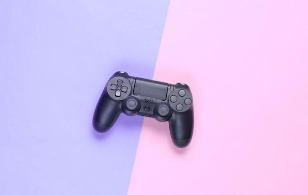 Gamepads auf einem farbigen papierhintergrund