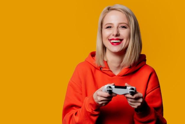 Gamermädchen mit weißem gamepad
