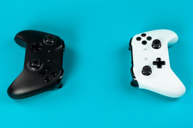 Gaming-konzept. joystick auf farbigem hintergrund.