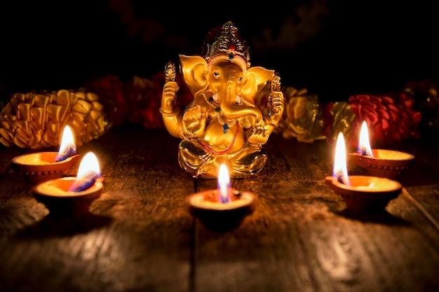 Ganesha mit diwali-lichtern