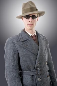 Gangster- oder fbi-agent mit hut und schwarzer brille