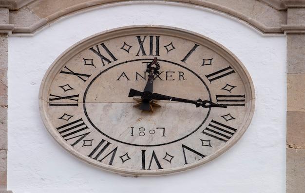 Ganz nah oben auf einem alten steinernen glockenturm auf einer kirche.