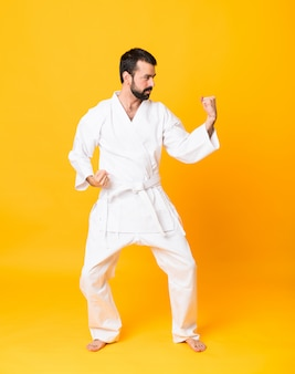 Ganzaufnahme des mannes karate tuend