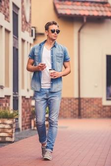 Ganzaufnahme des stilvollen kerls in der jeanskleidung.