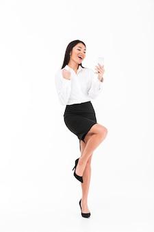 Ganzaufnahme einer glücklichen asiatischen geschäftsfrau