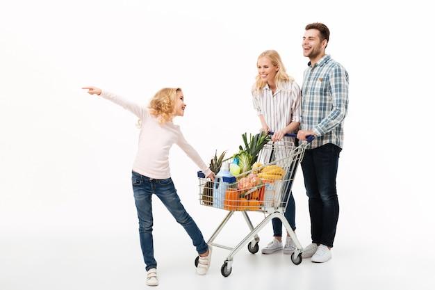 Ganzaufnahme einer jungen familie