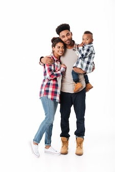 Ganzaufnahme einer netten jungen afrikanischen familie