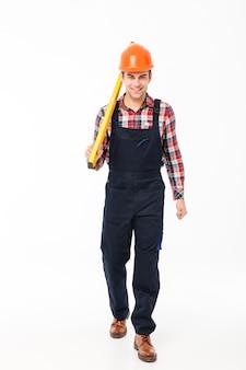 Ganzaufnahme eines glücklichen jungen männlichen erbauers