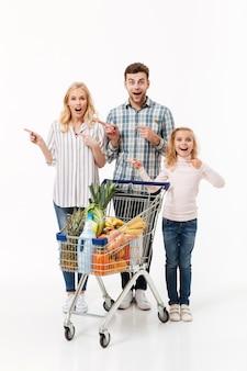 Ganzaufnahme eines überraschten familiengehens