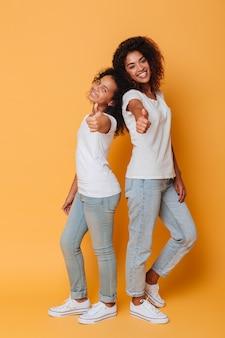 Ganzaufnahme von zwei glücklichen afrikanischen schwestern