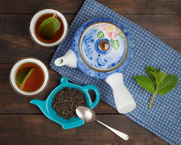 Ganzblatt-tee, teekanne, zwei tassen, minze