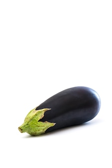 Ganze aubergine isoliert auf einem weißen