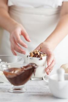 Ganze frische birnen namens birne helene mit schokoladensauce und eis als beilage für ein leckeres dessert. nahaufnahme