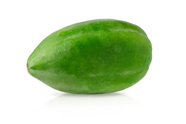 Ganze grüne papaya isoliert mit beschneidungspfad auf weiß