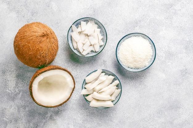 Ganze kokosnuss und verschiedene kokosnussstücke