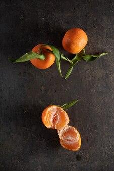 Ganze orange früchte der tangerine auf hölzernem hintergrund.