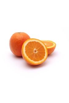 Ganze orangenfrucht und eine katze in zwei hälften