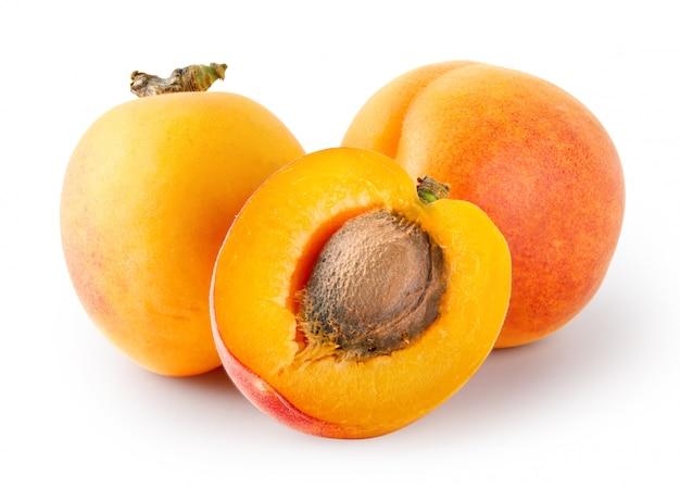 Ganze und geschnittene aprikosen mit steinen