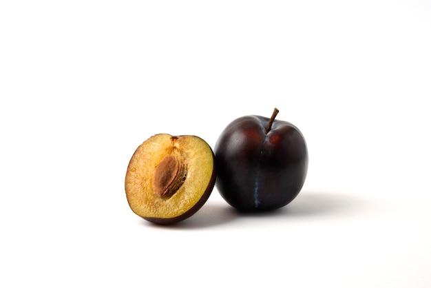 Ganze und halb geschnittene schwarze kirschpflaume