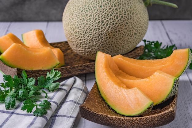 Ganze und in scheiben geschnittene melonen