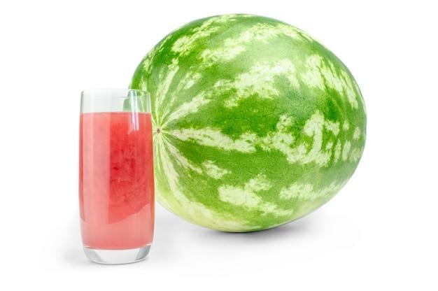 Ganze wassermelone und glas frischer saft isoliert auf weißem oberflächenausschnitt.