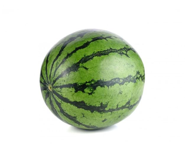 Ganze wassermelonenfrucht isoliert auf weißer oberfläche