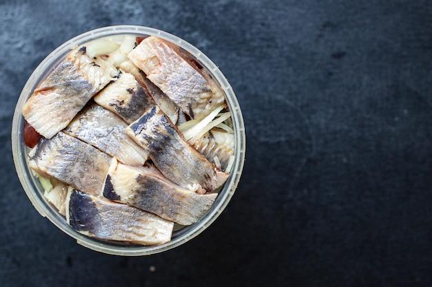 Ganzer hering frischer fisch oder gesalzene meeresfrüchte bereit zu kochen und zu essen