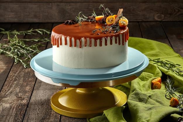 Ganzer honigkuchen mit käsecreme und karamellsauce