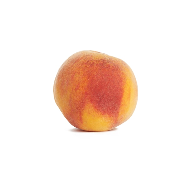 Ganzer reifer roter pfirsich lokalisiert auf einem weißen hintergrund, nahaufnahme