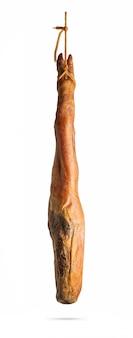 Ganzes bein des spanischen iberischen serrano-schinkens, der an einem seil hängt. isoliert