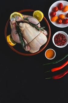 Ganzes ungekochtes hähnchen mit kräutern und gewürzen