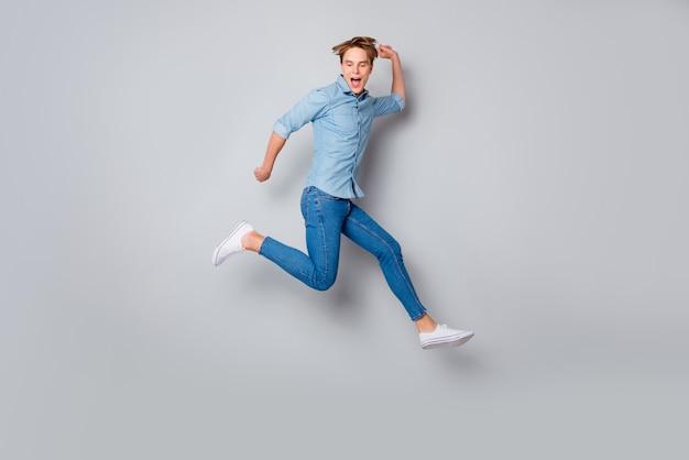 Ganzkörper funky verrückten kerl haben frühlingswochenenden fühlen sich nachlässig vorstellen, er teenager wieder tragen lässige stil outfit sneakers über graue farbe wand isoliert