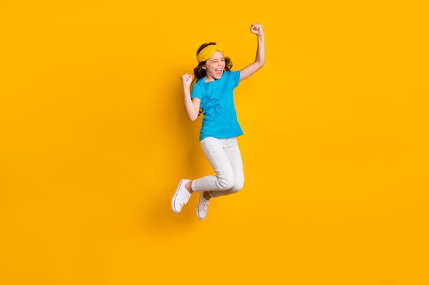 Ganzkörper-lustige verrückte kleine dame, die hoch springt, freue dich
