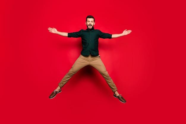 Ganzkörper von verrückten funky kerl haben frühling aktive wochenenden sprung heben hände schreien tragen braune stilvolle kleidung