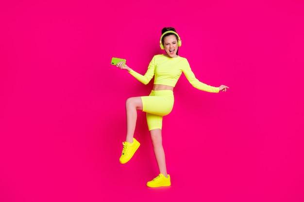Ganzkörperansicht von ihr, sie hübsches attraktives schlankes fröhliches fröhliches mädchen, das popmusik tanzt und spaß hat, chill isoliert heller, lebendiger glanz, lebendiger rosa fuchsia-farbhintergrund