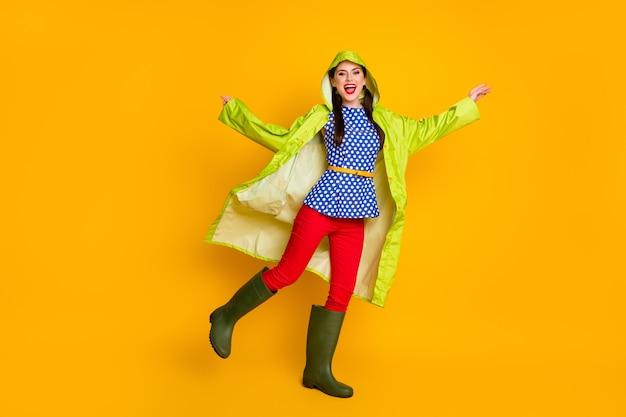 Ganzkörperansicht von ihr, sie schönes attraktives hübsches fröhliches fröhliches mädchen mit kapuzenumhang, das das tanzen mit lustiger themenparty genießt, isoliert heller, lebendiger, leuchtend gelber farbhintergrund