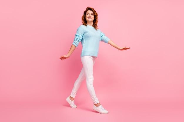 Ganzkörperansicht von ihr, sie sieht gut aus, attraktiv, hübsch, süß, fröhlich, fröhlich, fröhlich, gewelltes mädchen, das die freizeit verbringt, isoliert über rosafarbenem pastellfarbenhintergrund