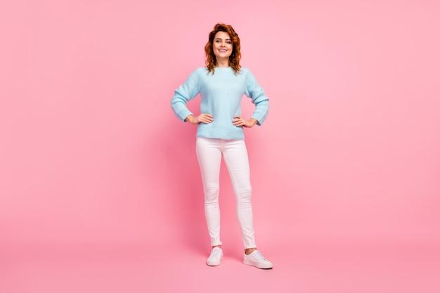 Ganzkörperansicht von ihr, sie sieht hübsch aus, hübsch hübsch hübsch, fröhlich, fröhlich, gewelltes mädchen, das die freizeit genießt, einzeln auf rosafarbenem pastellfarbenhintergrund